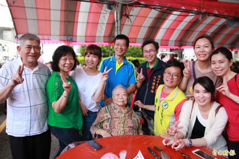 縣議員陳光軒與家人訂桌歡慶頭份四月八,同時也幫高齡94歲的阿婆慶祝母親節。(記者鄭名翔攝)