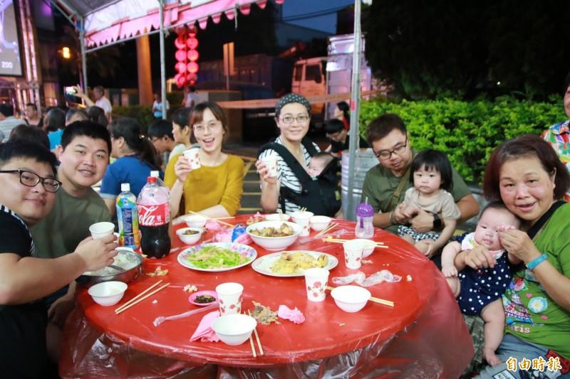 許多鄉親全家總動員,除了慶祝傳統頭份四月八外,共幫辛苦媽媽們過母親節。(記者鄭名翔攝)
