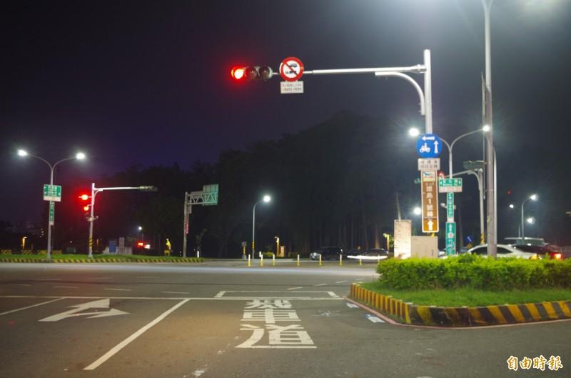 嘉義市警方昨凌晨在博愛陸橋、文化路口攔檢一名男駕駛,遭衝撞後開4槍制止。(記者王善嬿攝)
