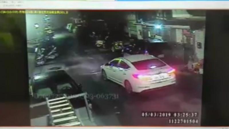 監視器鎖定陳男車牌。(記者徐聖倫翻攝)