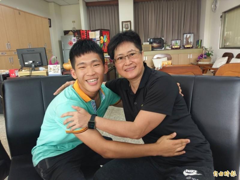 郭素伶(右)照顧侄子郭祐誠很用心,郭祐誠也很貼心,擁抱姑姑、祝她母親節快樂。(記者王善嬿攝)
