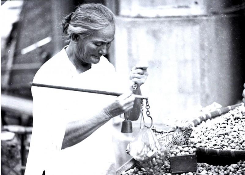 半世紀前的台灣媽媽,用稱仔秤花生。(鐘清溪提供)