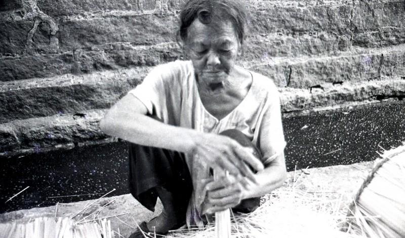 半世紀前的台灣媽媽,忙著剖竹篾。(鐘清溪提供)