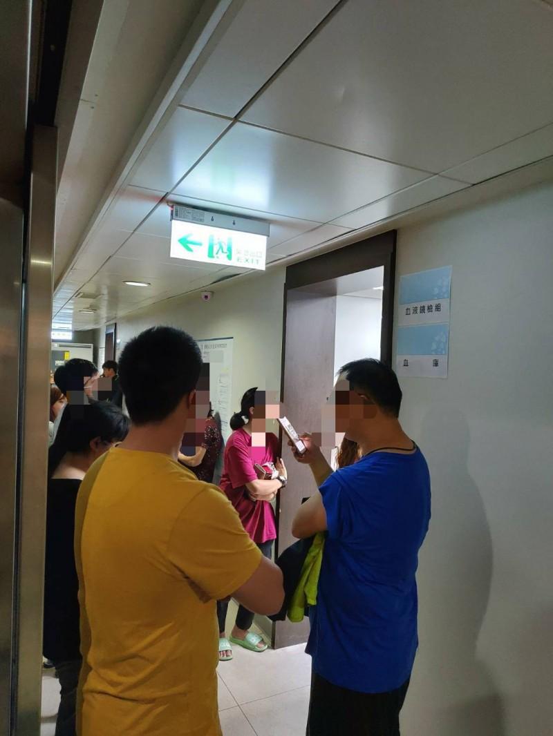20名捐血者12日晚間齊聚羅東博愛醫院,要捐血給游姓網友的媽媽。(記者江志雄翻攝)