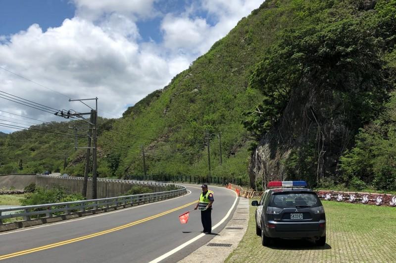 警方重兵埋伏,針對山區飆速開單不手軟。(記者蔡宗憲翻攝)