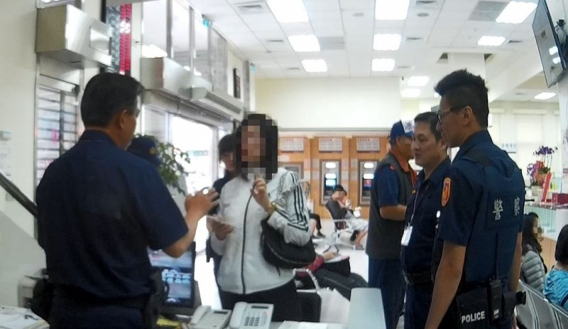 一名陳姓女子急忙到台灣銀行台東分行幫哥哥匯款到香港,被保七員警識破是場詐騙。(記者王秀亭翻攝)