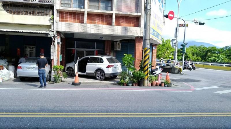 花蓮市今早發生一起汽車轉彎失控衝撞民宅的意外。(花蓮警分局提供)