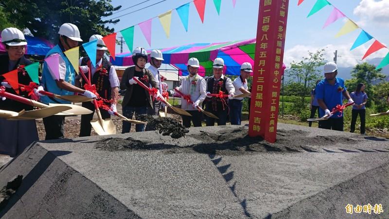 台東第一座新建多元照顧服務中心今天在池上鄉動土。(記者王秀亭攝)