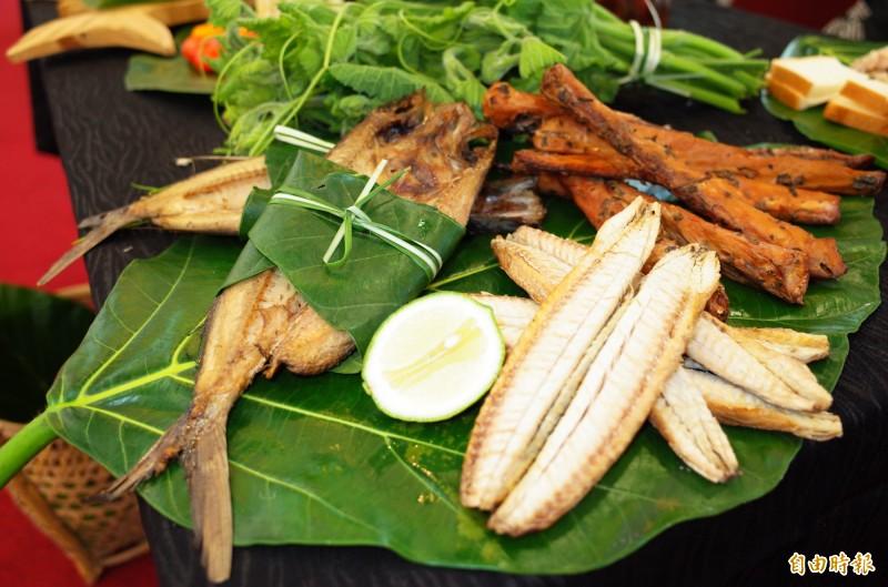 海,就是豐濱鄉民的天然大冰箱!稻時候鄉愛一起活動,豐濱鄉將「開冰箱」用當季鮮美飛魚、飛魚卵香腸等美食饗客。。(記者花孟璟攝)