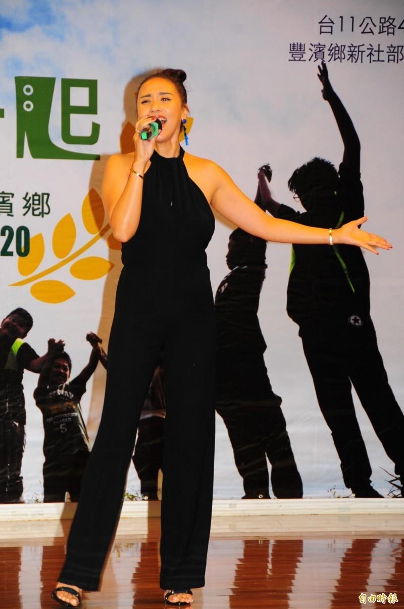 出身星光二班歌手安歆澐,嫁做花蓮媳婦,她這次將擔任秀導,帶40位部落模特兒走秀行銷部落風設計。(記者花孟璟攝)