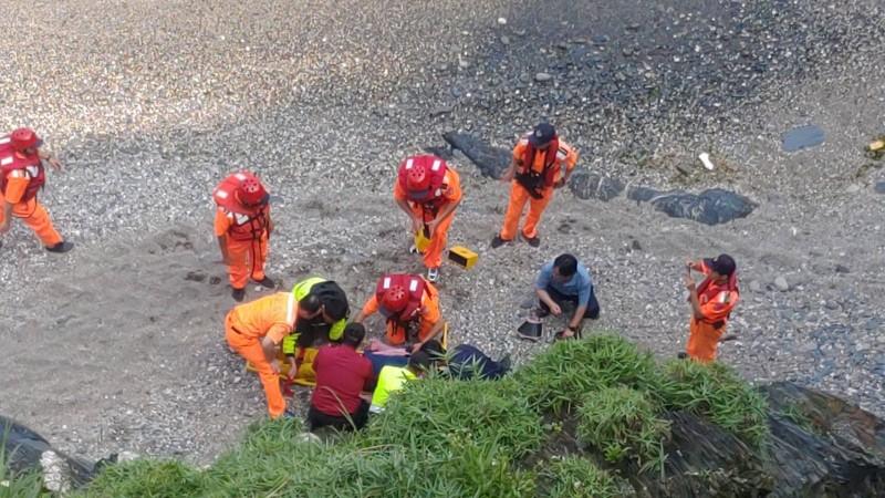 女子墜落30公尺處沙灘。(記者江志雄翻攝)
