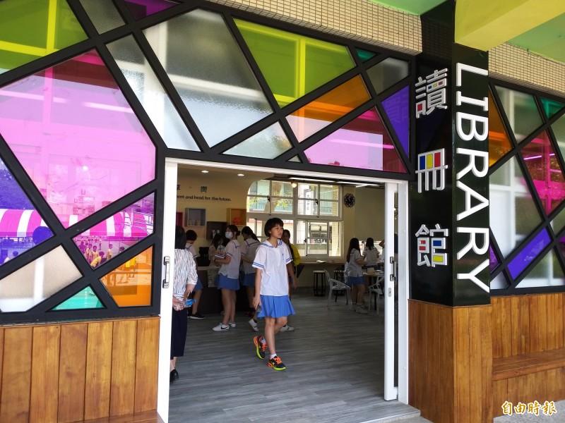 竹北國中新啟用的圖書館-讀冊館,設計採用荷蘭現代藝術大師蒙德里安和簡約、文青風格,感覺像文青Fu的咖啡館,學生們變得愛上圖書館。(記者廖雪茹攝)