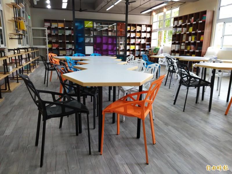 竹北國中有200多箱多元主題的箱書,上閱讀課程的師生們可以在「築夢書齋」做分組討論。(記者廖雪茹攝)