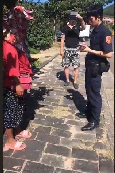 業者及外地遊客為了洋傘發生口角。(記者蔡宗憲翻攝)
