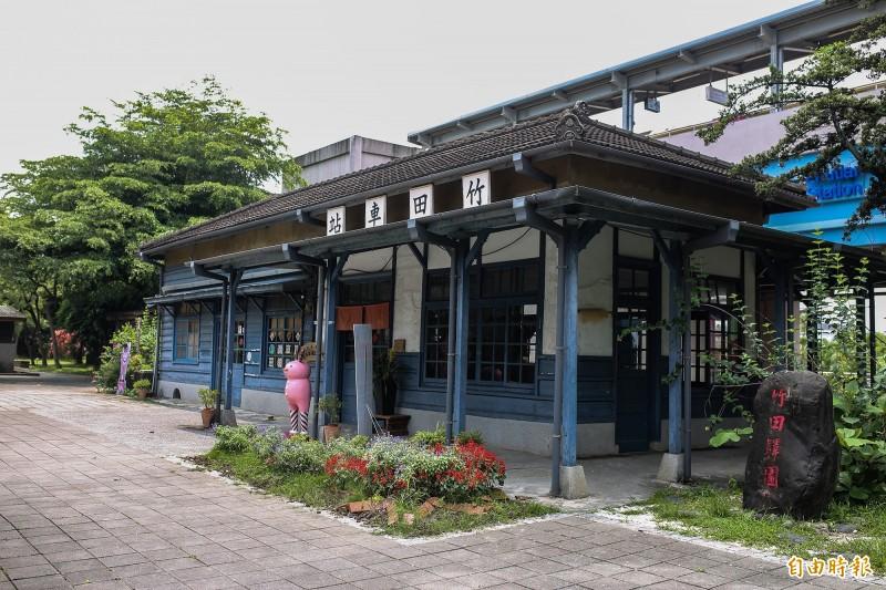 台鐵竹田車站前的木造站房是屏東縣暫定古蹟,也是台鐵屏東線上僅存的木造車站。(記者邱芷柔攝)