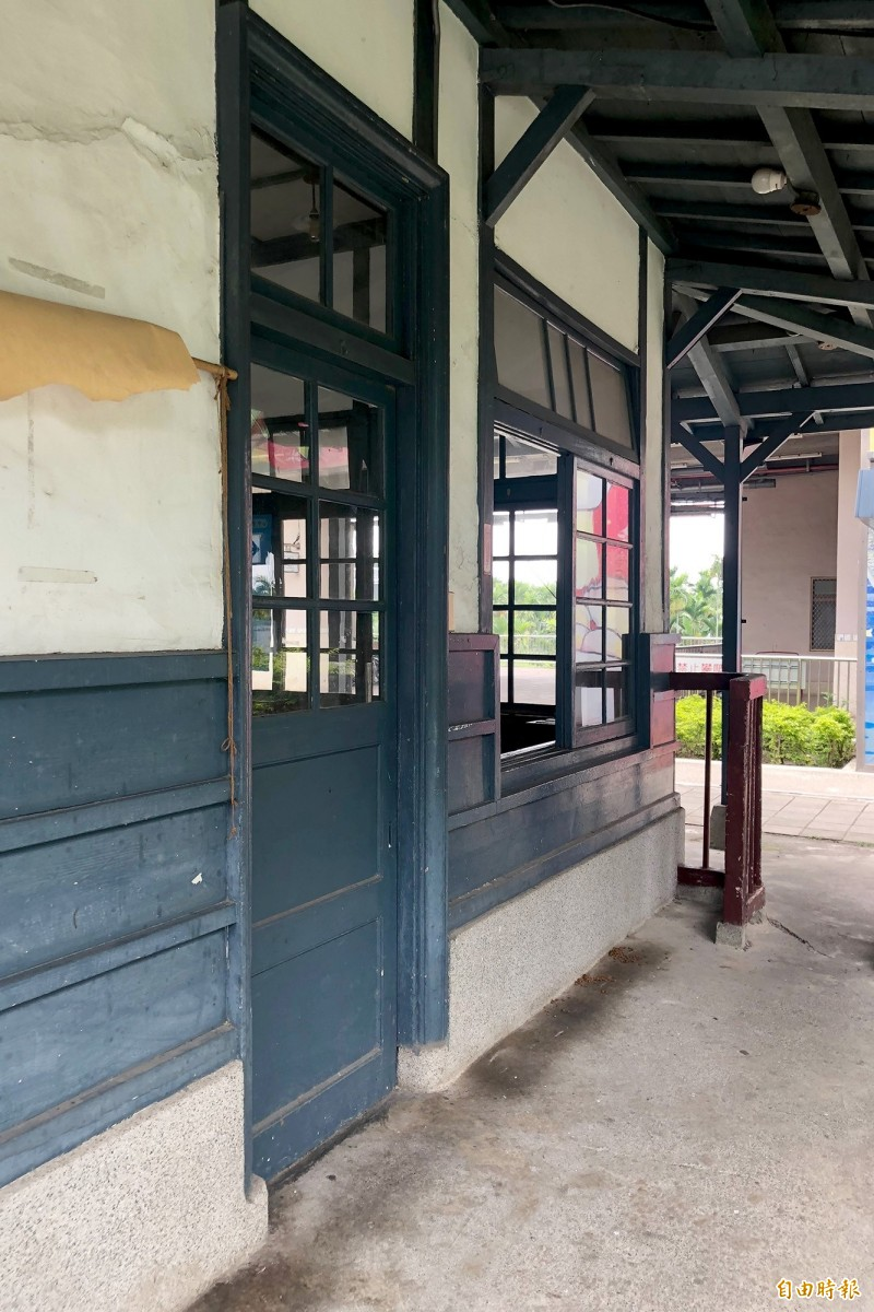 古樸的木造站房有濃濃的日式懷舊感,常吸引遊客駐足取景。(記者邱芷柔攝)