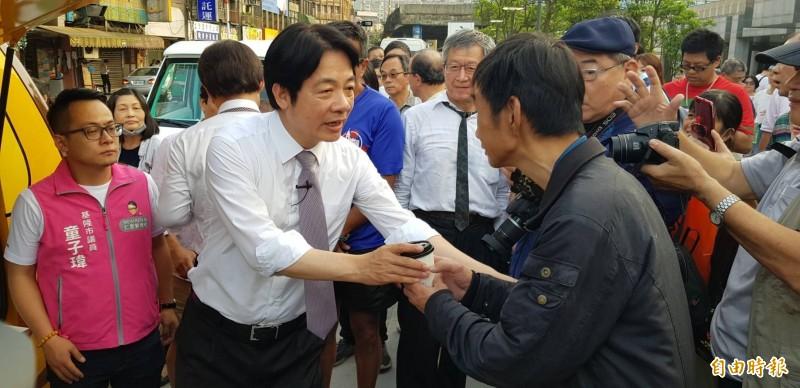 前行政院長賴清德今天傍晚出現在基隆火車站,賴清德從他的民主咖啡行動車端出一杯杯咖啡,與現場的民眾分享。(記者俞肇福攝)