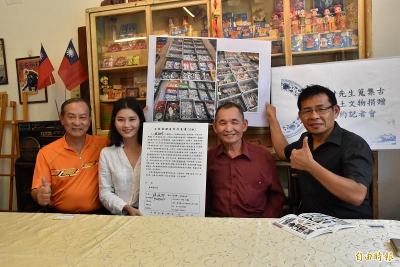 雲林北港文史耆老林永村(右2)捐出2萬6000多件珍藏30年的古笨港文物給縣府。(記者黃淑莉攝)