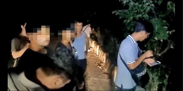 警方押嫌犯前往山區尋屍。(資料照)