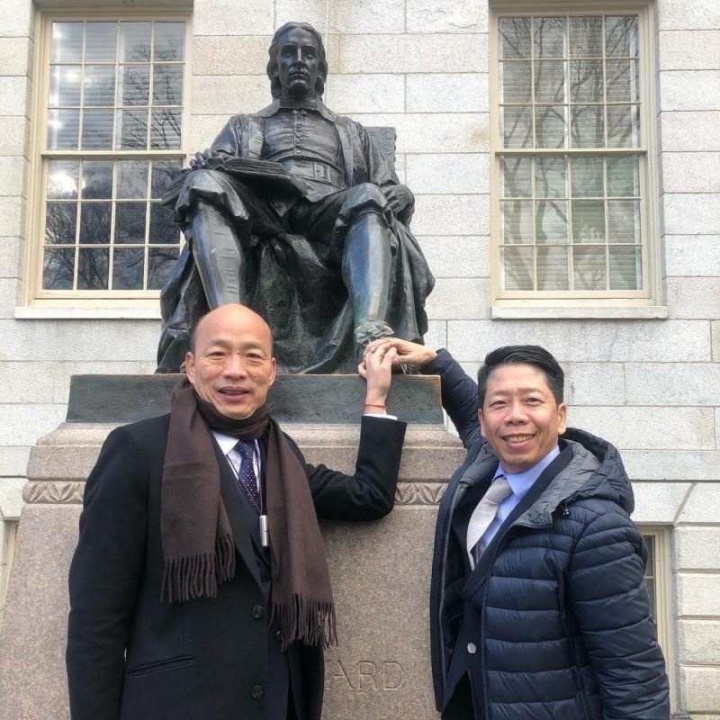 高市議員黃紹庭(右)認為韓國瑜若次被動參選,帶職很合理。(記者王榮祥翻攝)
