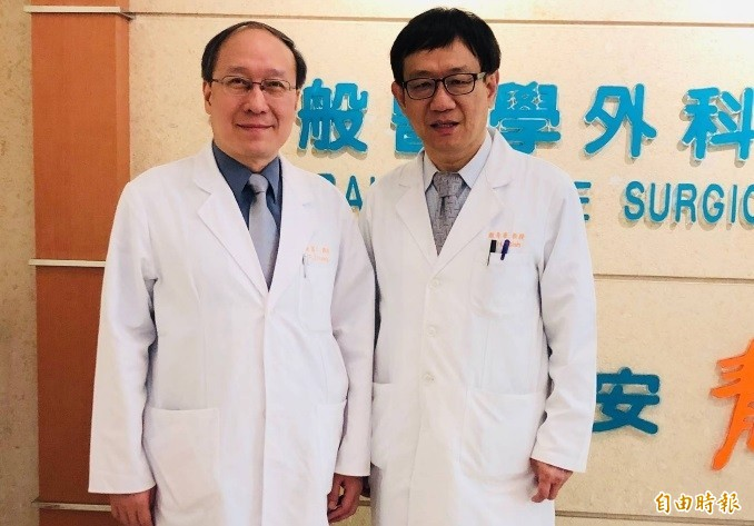 10年前謝青華(右)醫師為林小姐進行10多次清創、植皮手術救她一命,10年後黃富仁醫師(左)的陰道口重建手術為她再造「性」福。(記者方志賢攝)