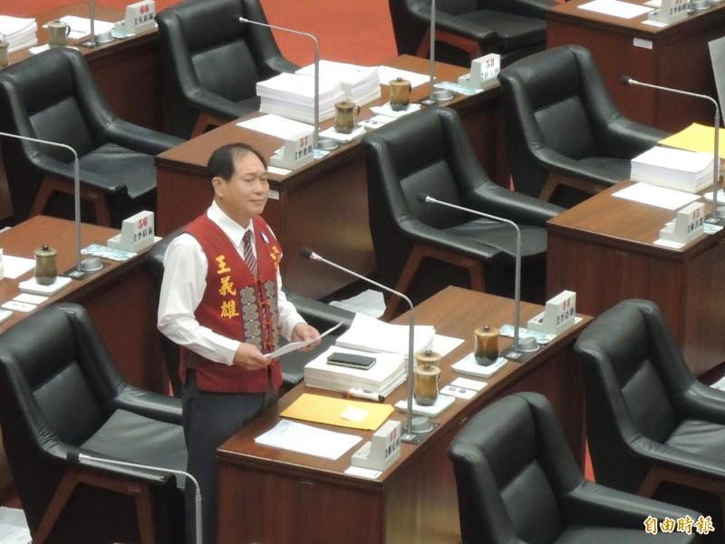 國民黨高市議員王義雄今天公開大讚韓國瑜,還要列席官員全體起立鼓掌。(記者王榮祥攝)