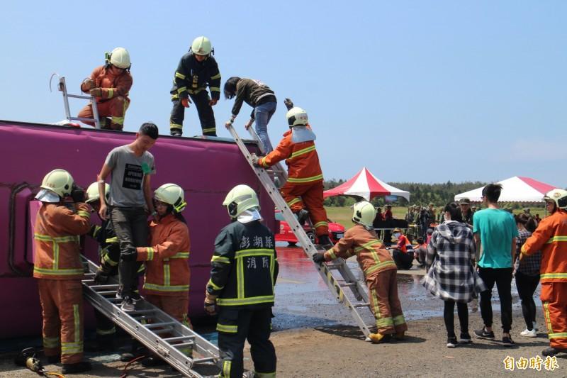 澎湖重大陸上交通事故災害演練,模擬遊覽車翻覆意外。(記者劉禹慶攝)