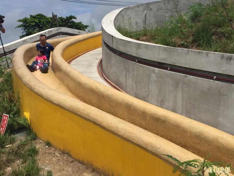 基隆孝德公園的大溜滑梯受家長和小朋友歡迎。(記者盧賢秀攝)