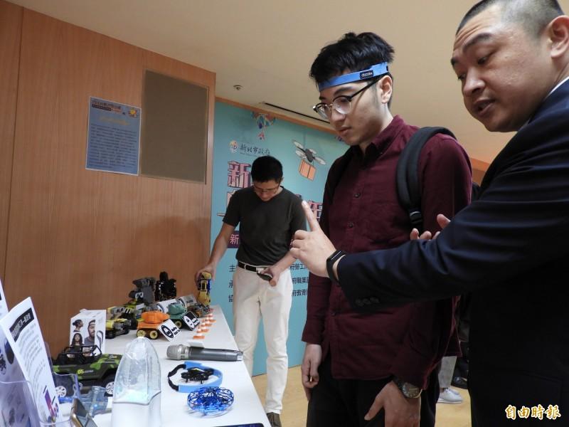 「帝壹生醫科技」研發腦波控制的無人機與飛行器、腦波燈等,測試專注力。(記者賴筱桐攝)
