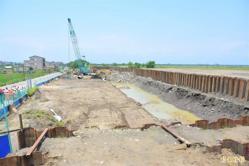 茅仔寮抽水站正在施工,預計明年9月可完工。(記者張議晨攝)