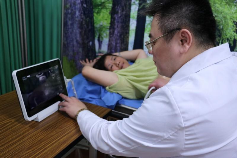 博愛胃腸肝膽科主任江明峯為民眾免費篩檢肝癌。(記者張議晨翻攝)