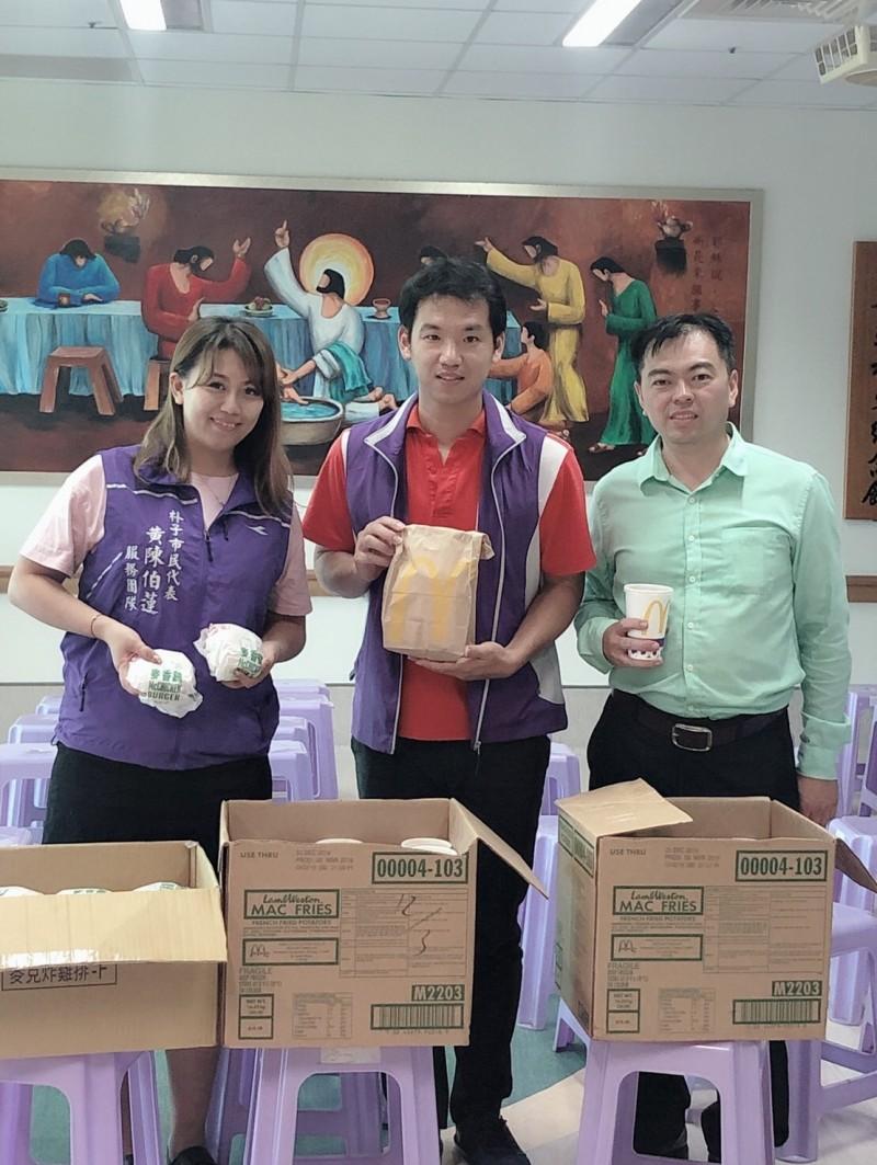 杜師瑋(右)買了100個漢堡,送給社福機構為老婆慶生。(記者林宜樟翻攝)