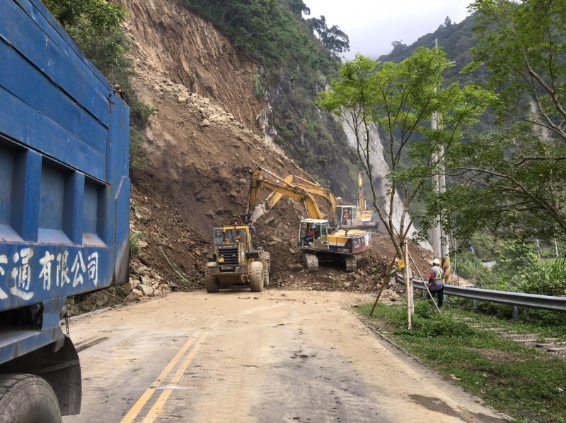 台18線阿里山公路發生大規模落石崩坍,土方量達7000立方公尺。(記者劉濱銓翻攝)