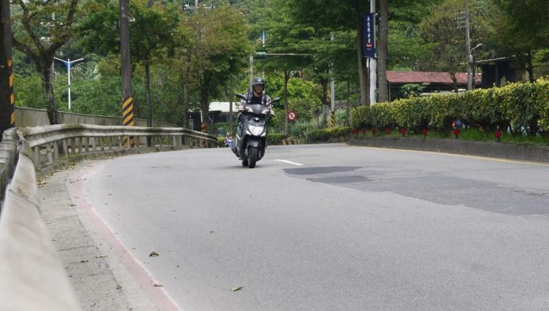 民眾反映,基隆市基金一路路段,路面坑疤頻頻修補有如補丁,凹凸不平。(立委蔡適應服務處提供)