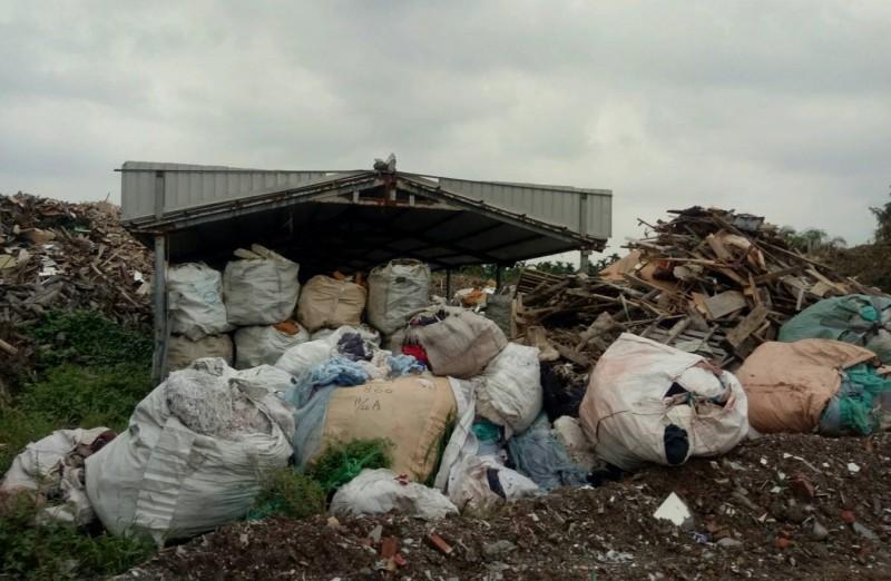 屏東縣政府環保局一個多月來接連查獲3起事業廢棄物濫倒案件。(記者邱芷柔翻攝)
