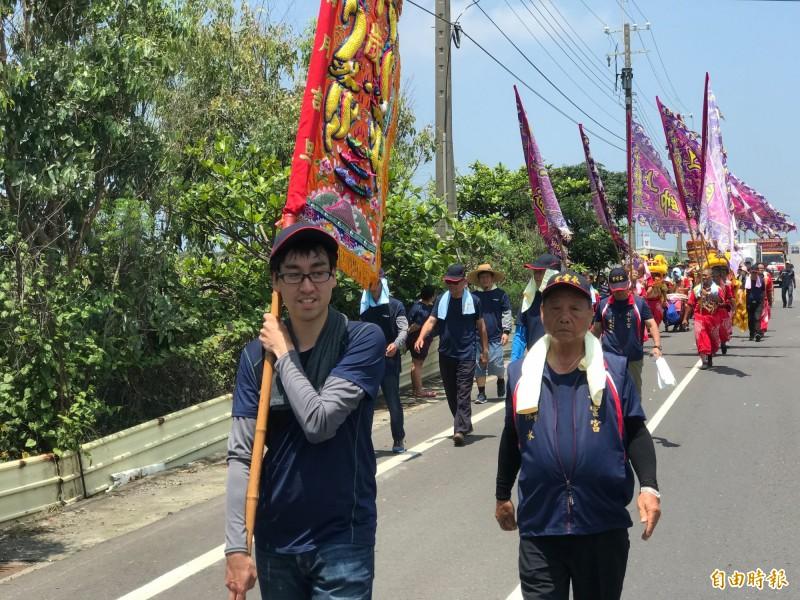 日本遊客三品政人參與迎媽祖活動。(記者林宜樟攝)