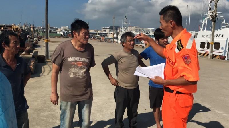 澎湖海巡隊驅離中國漁船,會先行告誡後才放行。(澎湖海巡隊提供)