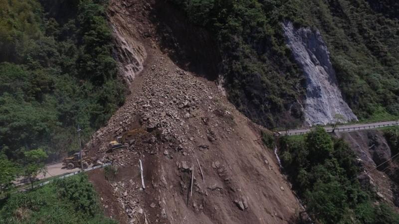 台18線阿里山公路發生大規模落石崩坍,土方量達7000立方公尺,景象駭人。(記者劉濱銓翻攝)