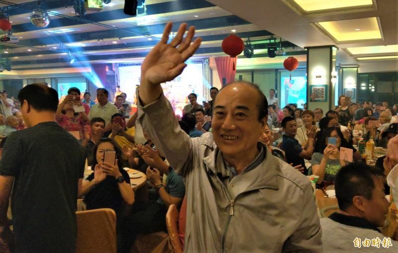 王金平之友會今天成立宜蘭分會,王到場時獲得支持者熱烈歡迎。(記者張議晨攝)