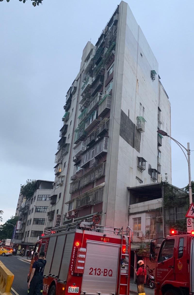 心情不佳的女警坐在高樓頂女兒牆上,警消前往救援。(記者劉慶侯翻攝)