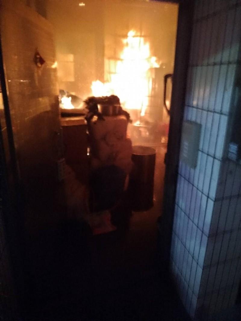 民宅1樓竄出猛烈火勢。(記者萬于甄翻攝)