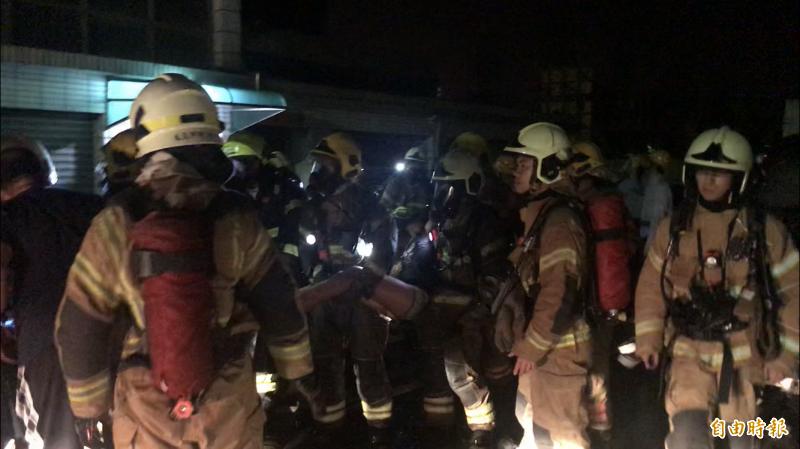 消防人員成功救出受困3樓的小姊妹。(記者萬于甄攝)