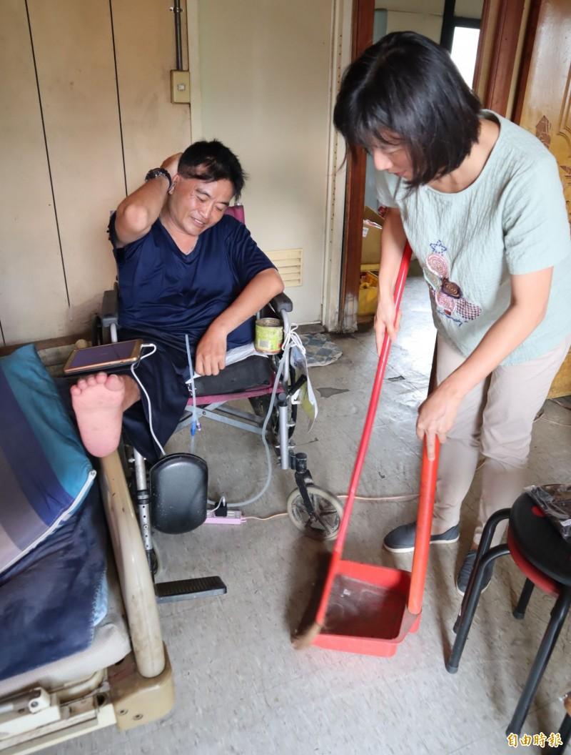 林依瑩到病患住家見地上有煙灰,很自然地拿起掃把協助清理。(記者歐素美攝)