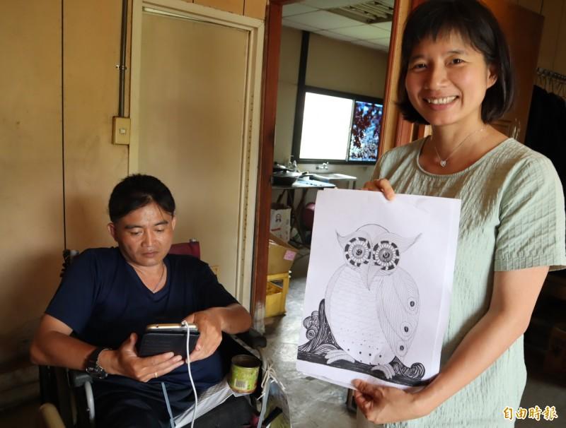 林依瑩拿出患者的繪畫作品,笑稱患者很有天份,鼓勵其持續創作。(記者歐素美攝)