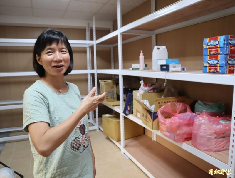 林依瑩將照護用的手套等耗材集中放在「Plahan台中市原鄉長照服務網絡服務計畫」基地內的儲藏室。(記者歐素美攝)