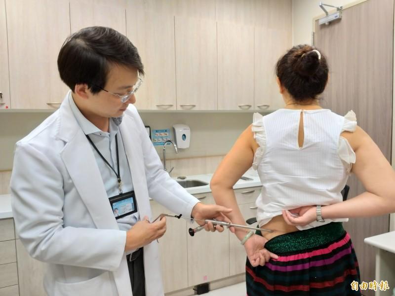 神經外科醫師巫智穎表示,脊椎內視鏡手術有安全性高、傷口小、恢復快等三大優點。(記者廖雪茹攝)
