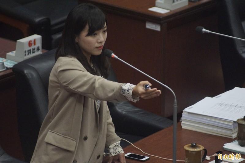 黃捷連續點名多個局處首長起來答詢,就是不肯點名韓國瑜。(記者黃佳琳攝)