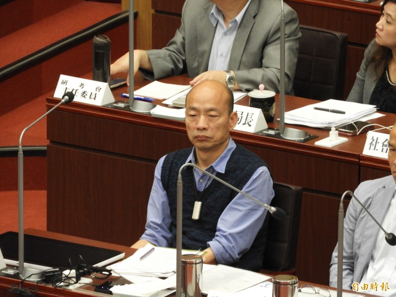 韓國瑜坐了50分鐘冷板凳,顯得有點落寞。(記者葛祐豪攝)