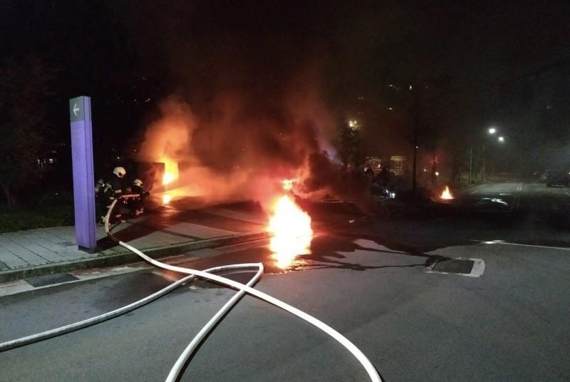 北市大安區的和平籃球館今天凌晨2時許發生火警。(里長邱奕承提供)