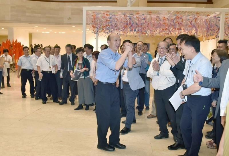 韓國瑜率領市府官員,在高美館展場喊口號「高雄發大財」 並合照。(圖擷取自高雄市政府官網)